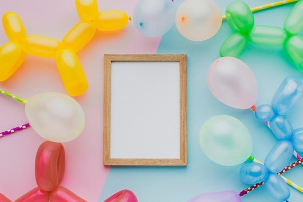 Vista superior fiesta marco de madera con globos Foto gratis