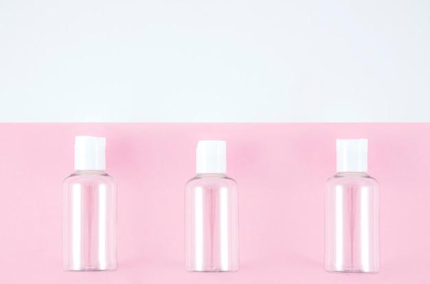 Vista superior fila de botellas de plástico Foto gratis