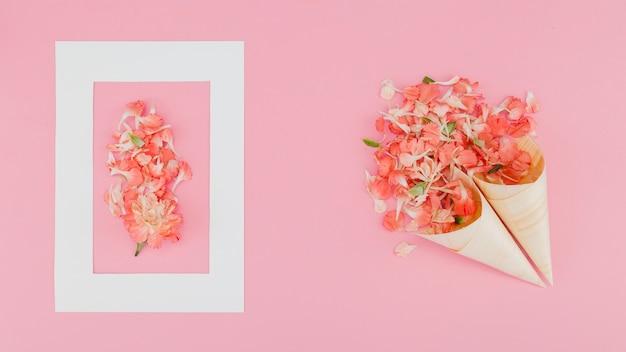 Vista superior flores con marco Foto gratis