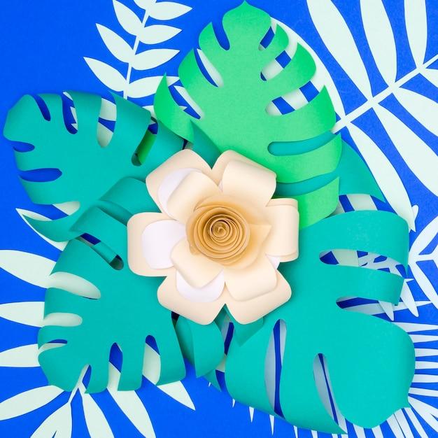 Vista superior de flores de papel y hojas Foto gratis