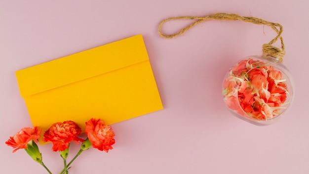 Vista superior flores con sobre Foto gratis