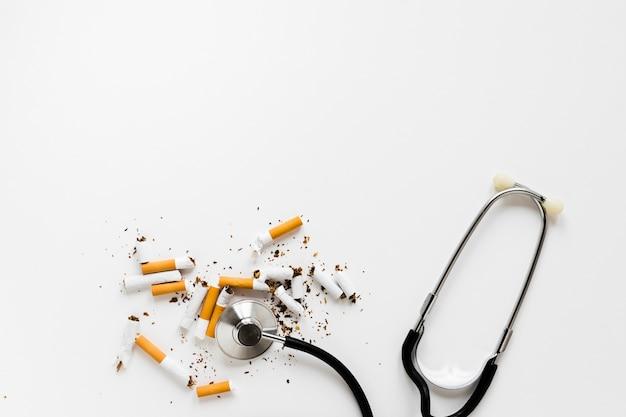 Vista superior fonendoscopio con cigarros Foto gratis