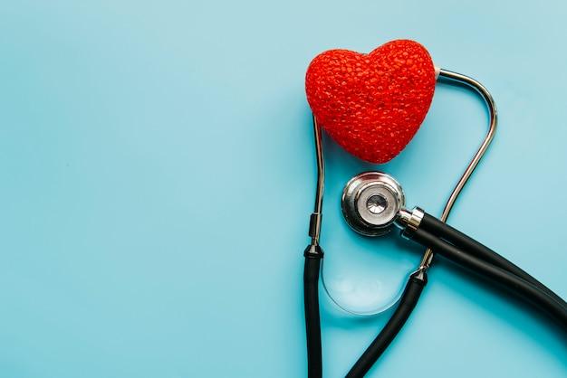 Vista superior fonendoscopio y corazón Foto gratis