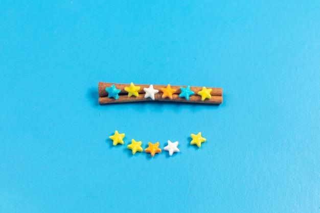 Vista superior ful dulces caramelos forrados sobre fondo azul. Foto gratis