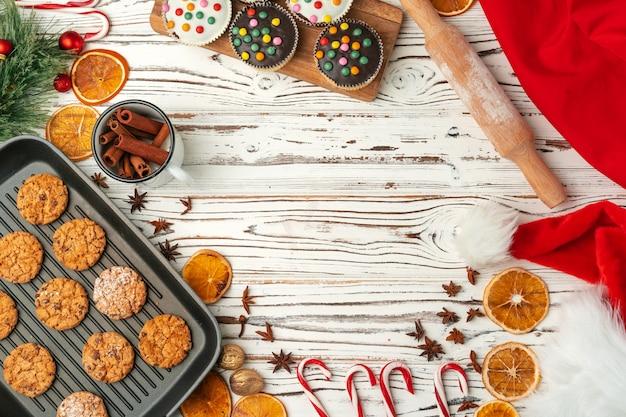 Vista superior de galletas de avena en la bandeja para hornear en la mesa de madera Foto Premium
