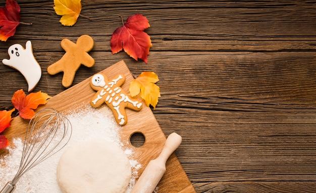 Vista superior de galletas y masa de halloween Foto gratis