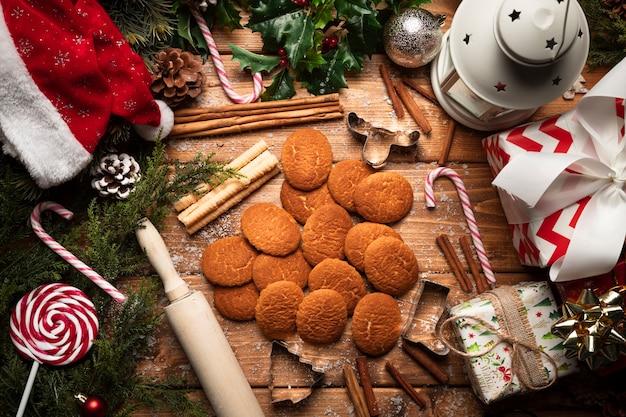 Vista superior de galletas de navidad con fondo de madera Foto gratis