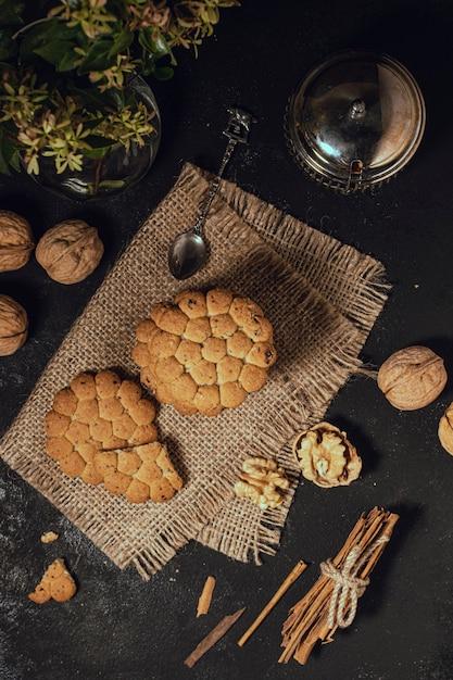 Vista superior de galletas sobre tela de arpillera. Foto gratis