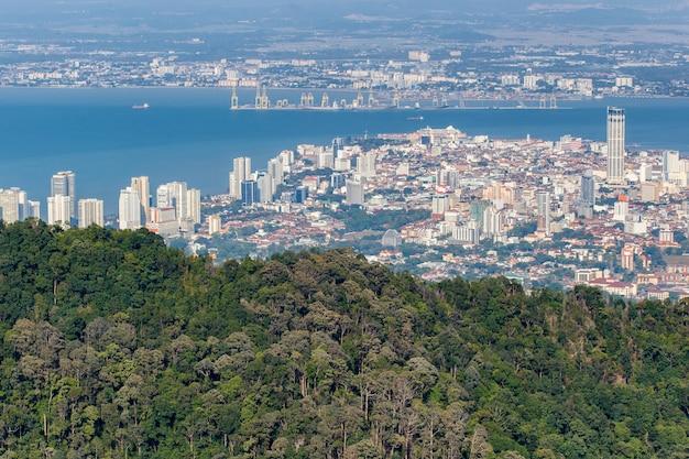 Vista superior de georgetown, capital de la isla de penang, malasia desde la cima de la colina penang. | Foto Premium