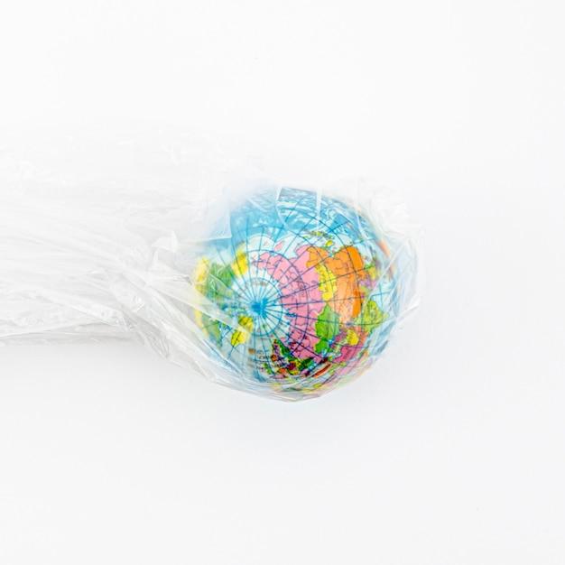 Vista superior glob en bolsa de plástico Foto gratis