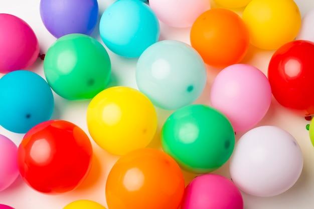 Vista superior de globos de colores Foto gratis