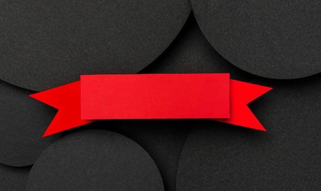 Vista superior de grandes puntos de papel negro y fondo de cinta Foto gratis