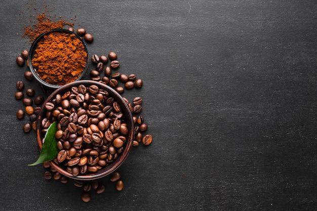 Vista superior de granos de café frescos con espacio de copia Foto gratis
