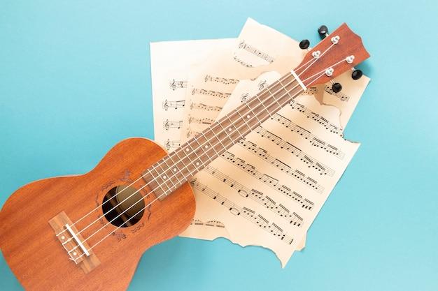 Vista superior guitarra acústica con fondo azul. Foto gratis