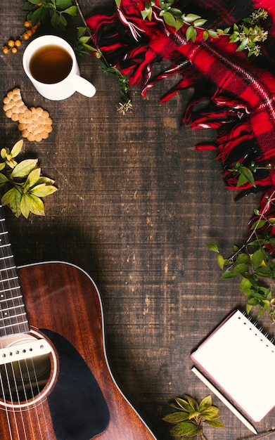 Vista superior guitarra acústica sobre fondo de madera con espacio de copia Foto gratis