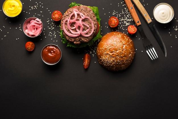 Vista superior hamburguesa de carne lista para ser servida Foto gratis