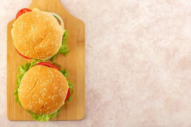 Una vista superior de hamburguesas de carne con verduras y ensalada verde. Foto gratis
