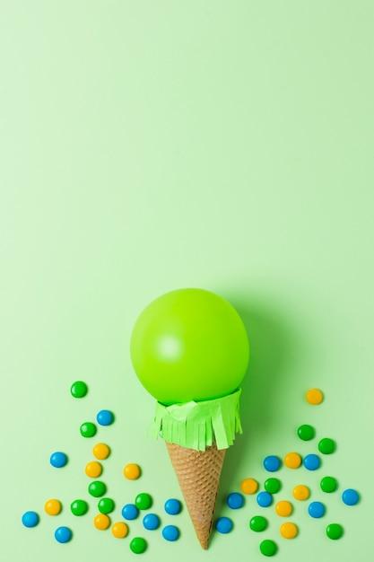Vista superior de helado de globo verde con espacio de copia Foto gratis