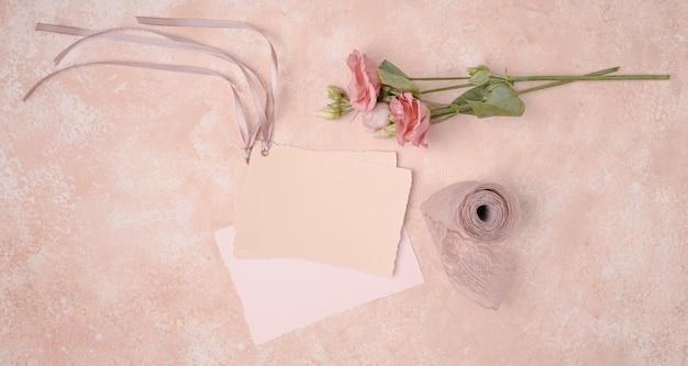 Vista superior hermosa decoración con invitaciones de boda Foto gratis