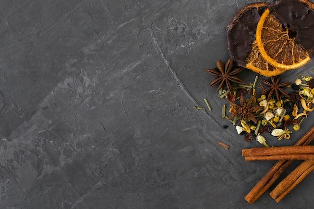 Vista superior de hierbas aromáticas con ramas de canela Foto gratis