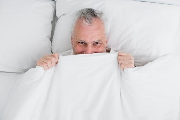 Vista superior hombre mayor durmiendo Foto gratis