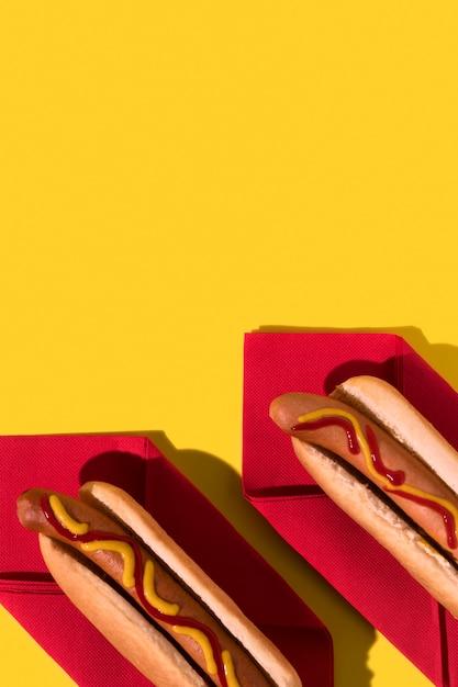 Vista superior de hot dogs en servilletas rojas copia espacio Foto gratis