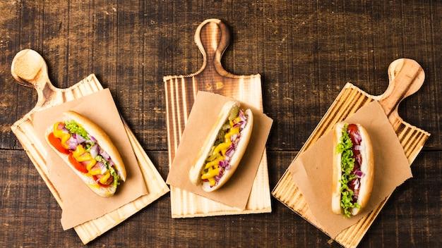 Vista superior de hot dogs en tablas de cortar Foto gratis