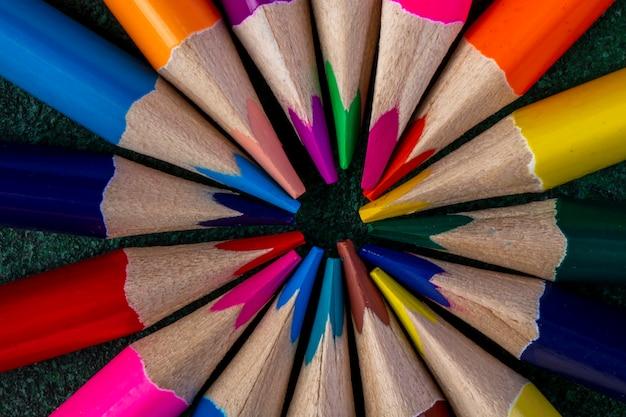 Vista superior de lápices de colores en la oscuridad Foto gratis