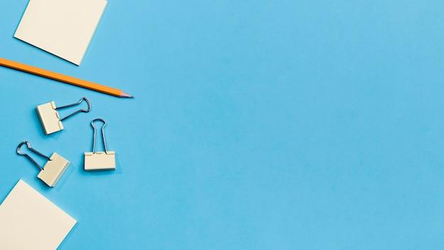 Vista superior de lápiz y clips de papel con espacio de copia Foto Premium