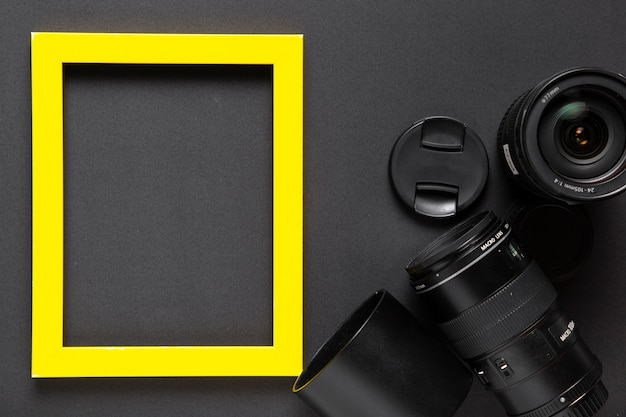 Vista superior de lentes de cámara con marco amarillo Foto gratis