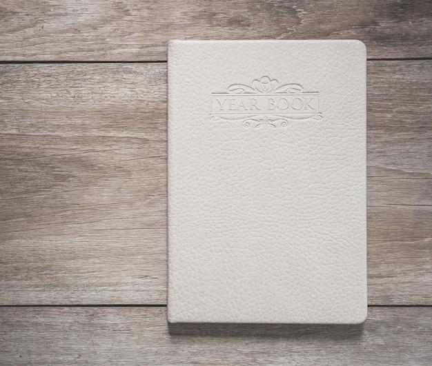 Vista superior del libro blanco sobre fondo de tablón de madera vieja Foto Premium
