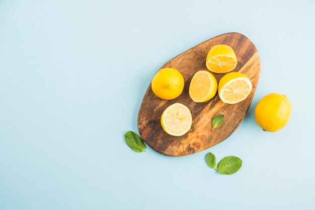 Vista superior limones sobre una tabla Foto gratis