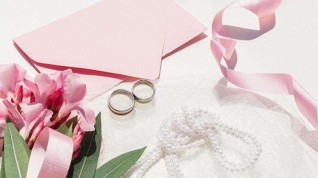 Vista superior lindo arreglo de boda sobre fondo blanco Foto gratis