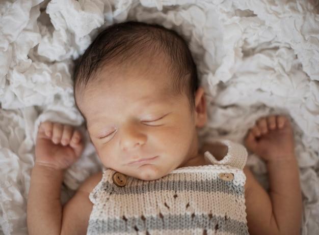 Vista superior lindo recién nacido tomando una siesta Foto gratis