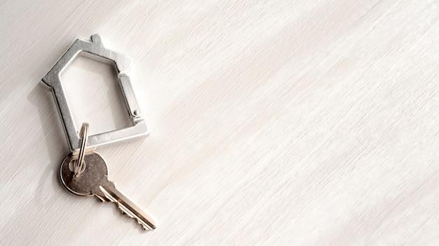 Vista superior de las llaves de la casa en el fondo del espacio de copia Foto gratis