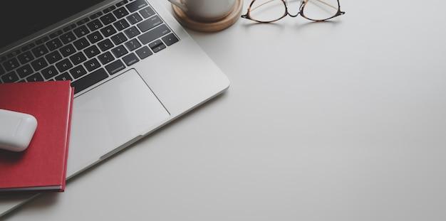 Vista superior del lugar de trabajo de moda con suministros de oficina y espacio de copia Foto Premium