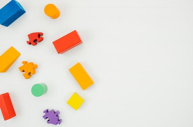 Vista superior de madera para niños juguetes con espacio de copia Foto gratis