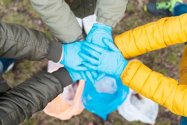 Vista superior de las manos de los niños unidos Foto gratis
