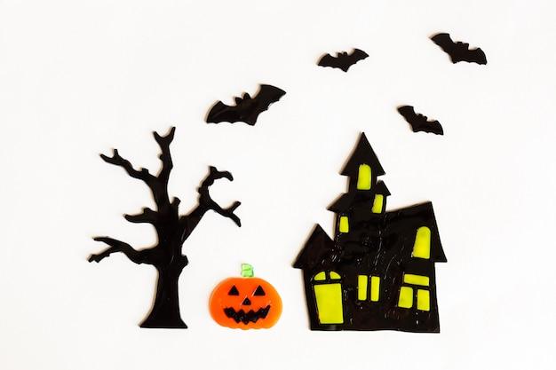Vista superior de manualidades de halloween, casa, murciélago, árbol, calabaza Foto Premium