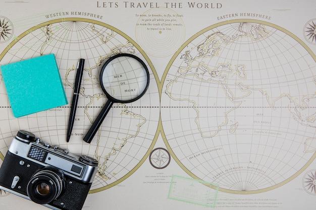 Vista superior del mapa mundial y herramientas de viaje Foto gratis
