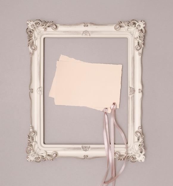 Vista superior maqueta de invitación de boda en marco vintage Foto gratis