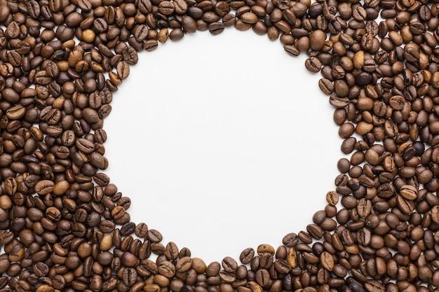 Vista superior del marco de granos de café con espacio de copia Foto gratis