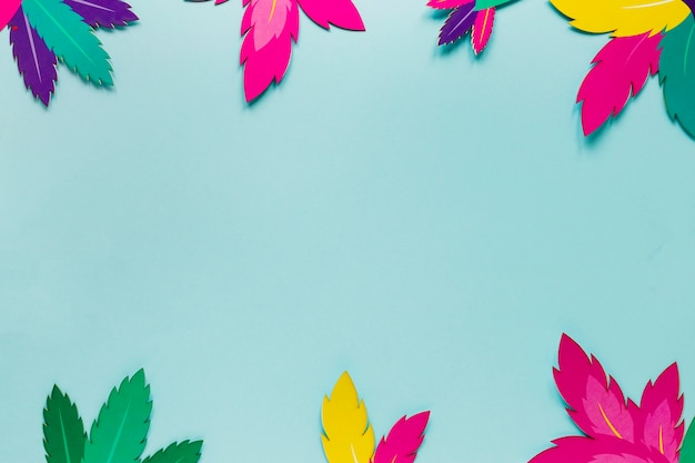 Vista superior del marco de hojas de papel para carnaval Foto gratis