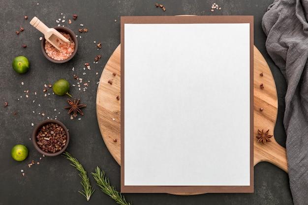 Vista superior del menú en blanco con lima y condimentos Foto gratis