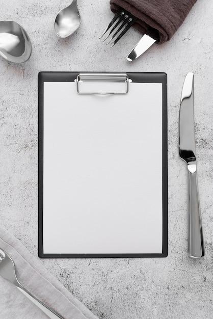Vista superior del menú vacío con tenedores y cuchillos Foto gratis