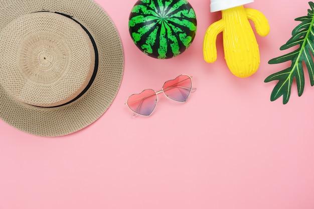 Vista superior de la mesa del accesorio de ropa que las mujeres planean viajar en vacaciones de verano Foto Premium