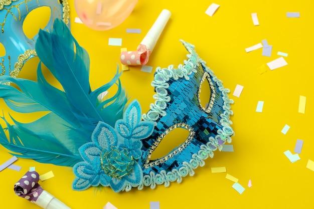 Vista superior de la mesa aérea de la hermosa temporada de carnaval colorido o fondo de fotomatón mardi gras. Foto Premium