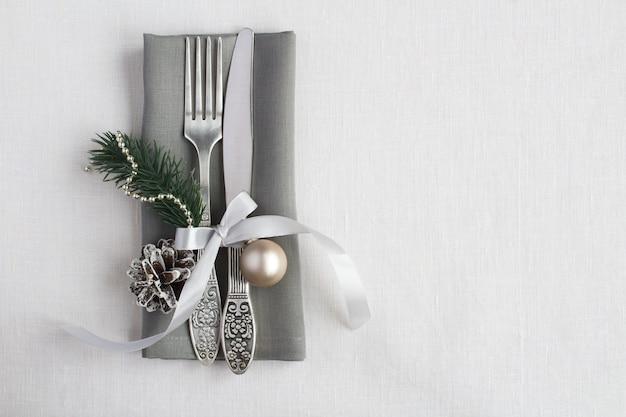 Vista superior de la mesa de navidad en la servilleta gris Foto Premium