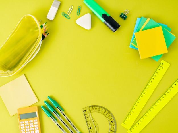 Vista superior de la mesa de oficina brillante moderna con útiles escolares en la mesa. Foto Premium