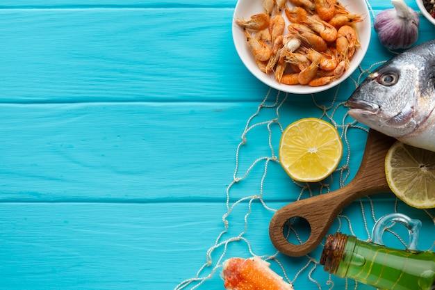 Vista superior mezcla de mariscos frescos en la mesa Foto gratis